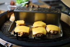 Plancha für den Grill mit Warmhalterost