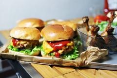 Chickenburger mit Hähnchenkeulen vom Monolith LeChef
