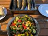 fertig gegrillte Steckerlfische mit Gemüse