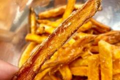 Süßkartoffelpommes aus der Friteuse, innen weich außen knusprig