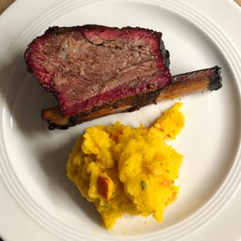 US Beef Short Ribs von Kreutzers mit Kartoffel-Kürbis Stampf