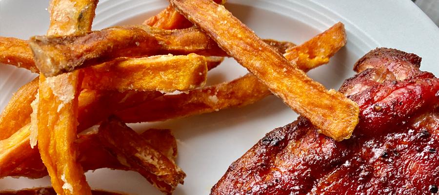 Süßkartoffelpommes mit Spareribs