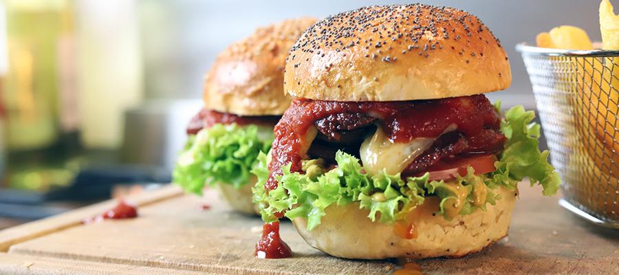 Türkischer Burger mit Sucuk und Zwiebeln